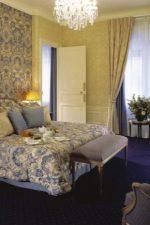 Обои в спальне двух видов фото – Как комбинировать обои в спальне — дизайн, фото. Интерьер спальни с комбинированными обоями. Дизайн интерьера спальни с комбинированными обоями, фото