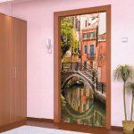 Дизайн дверей своими руками фото – Декор и дизайн двери — оформление своими руками для межкомнатных, входных, снаружи, изнутри, как обновить и украсить с помощью наклеек, обоев, техники декупаж, венка и др + фото и видео