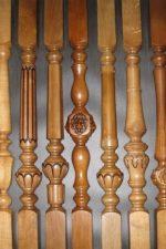 Столбы и балясины – деревянные резные столбы и крепление перил для лестницы, элементы из дуба и сосны, установка столбиков своими руками и варианты изготовления, квадратные детали и определение высоты и размеров